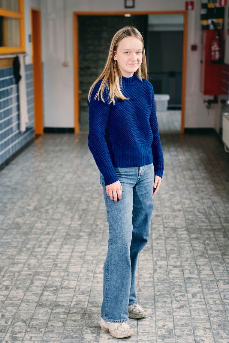 Dina (17): 'vorig weekend ben ik nog gaan  shoppen, maar heel goedkope kleding koop ik bewust niet.'  Beeld Joris Casaer