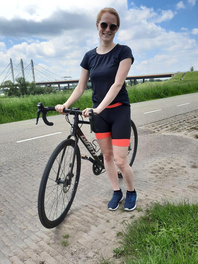 """Simone Kleijburg uit Nijmegen met haar splinternieuwe racefiets.  ,,Mijn opa komt uit Zetten, die woont daar nog steeds."""""""