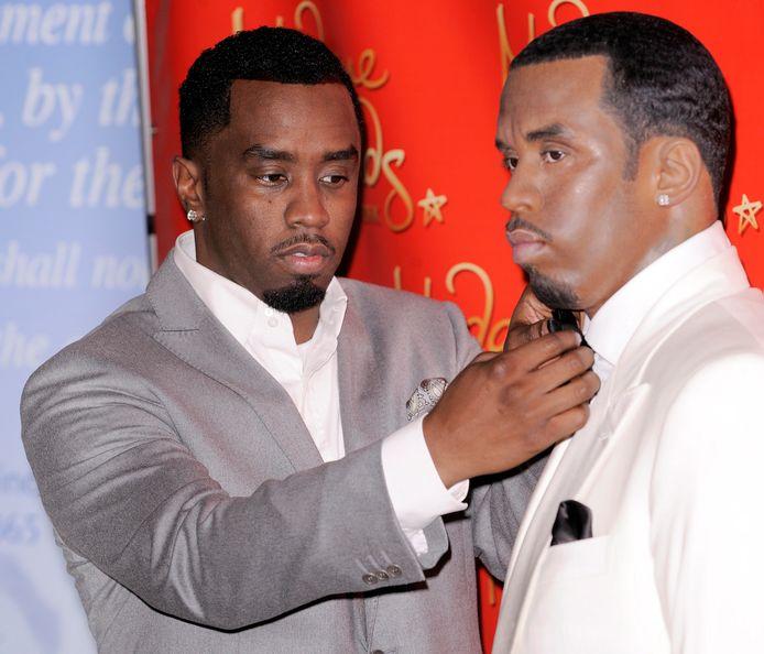 Muzikant P 'Diddy' Combs (links) met zijn wassen evenbeeld bij de onthulling van het beeld in 2009.