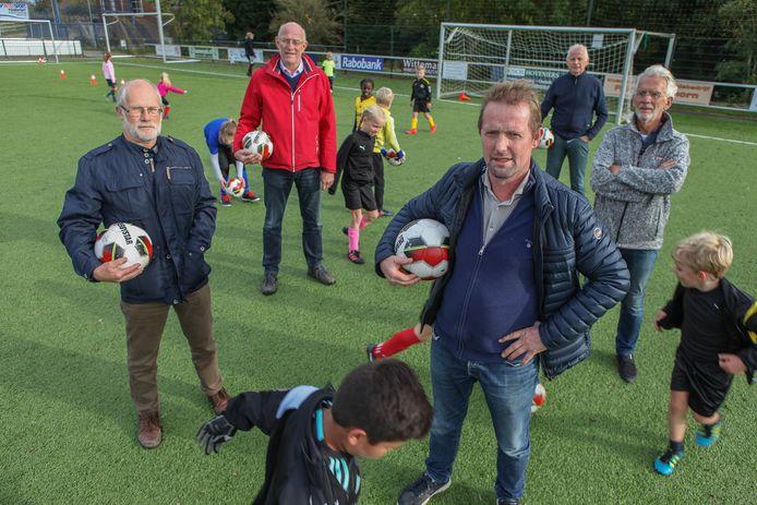 Vorig jaar spraken voetbalbestuurders zich al uit over de bezuinigingen. Van links naar rechts: Bram Griffioen (NiTA), Bert van der Meijden (VV Maarssen), Dick Verweij (DOB), Fons Hilhorst (VV Kockengen) en Kees Neervoort (DOB).