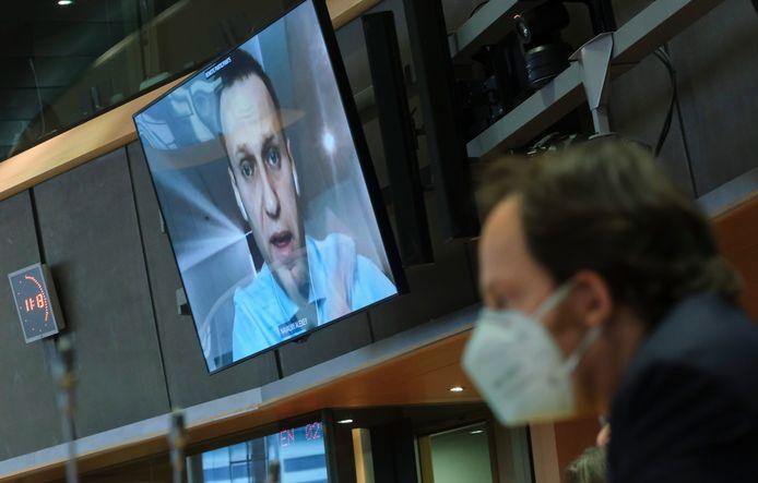 Navalny tijdens de videoconferentie met het EU-parlement over zijn vergiftiging.