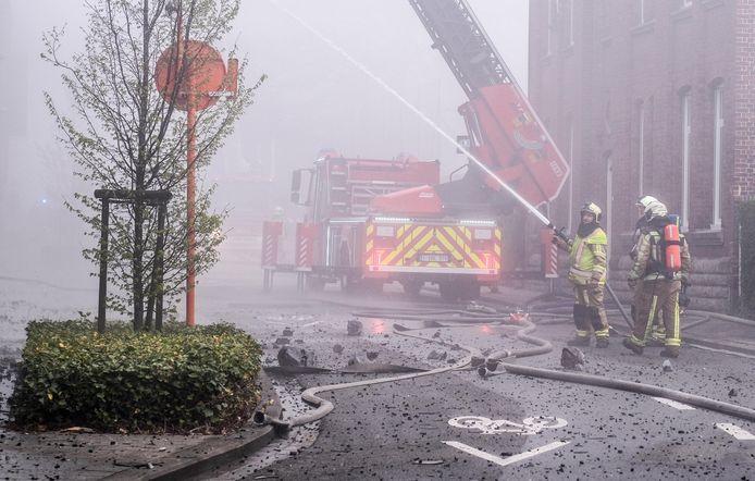 Het begin van de Mellestraat lag bezaaid met puin door de felle brand in het klooster van de Zusters van Liefde.