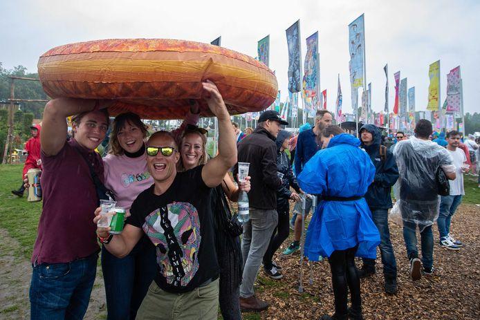 Festivalbezoekers trotseren de regen op de tweede dag van de 27e editie van muziekfestival A Campingflight to Lowlands Paradise.