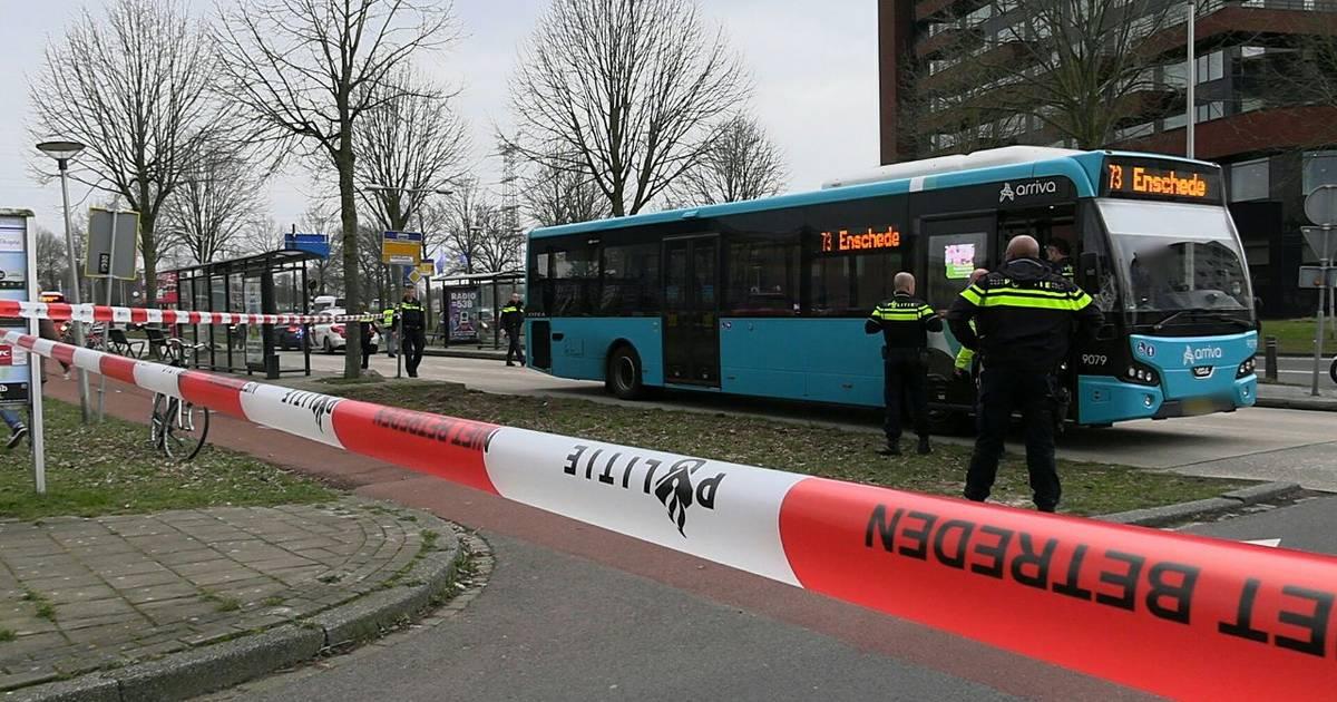Voetganger aangereden door bus op busbaan in Enschede.