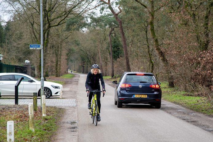 Annita Velthuis heeft een recreatiewoning aan de Haspel in Ermelo. Ze fietst graag, maar vindt dat er veel te hard wordt gereden.