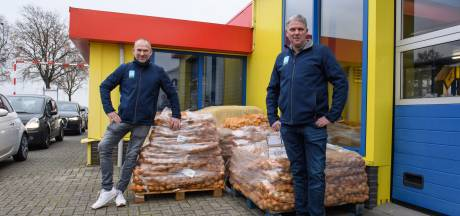 Boeren uit Twenterand bedanken automobilisten voor hun geduld: 'Vieze trekker wekt soms irritatie op'