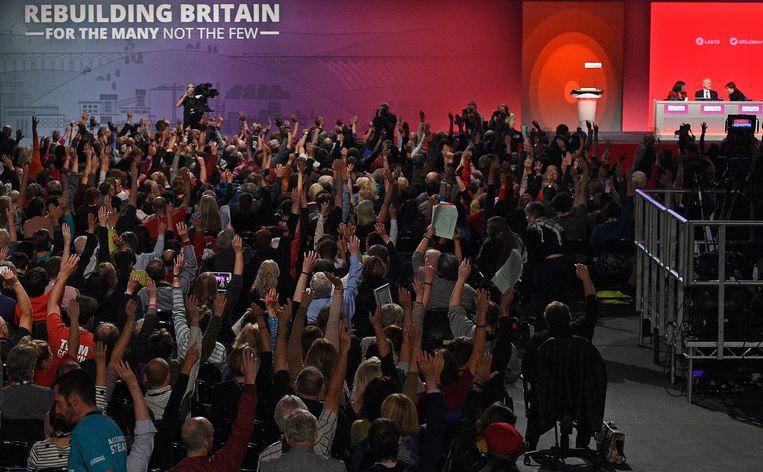De derde dag van het Labour partijcongres in Liverpool. De leden stemden dinsdagavond met grote meerderheid in met een motie waarin de partij zich tegen een brexit zonder goede overeenkomst met Brussel uitspreekt. Beeld AFP