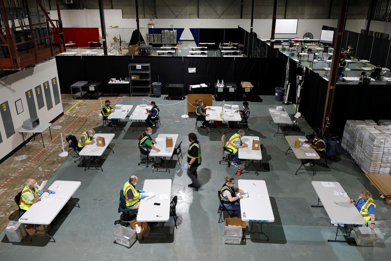 Medewerkers zijn aan het werk om de verkiezingen ordelijk te laten verlopen. Beeld REUTERS