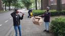 Eda en Awo (rechts) hebben aan de Componistenlaan een kartonnen doos uit de struiken geplukt.