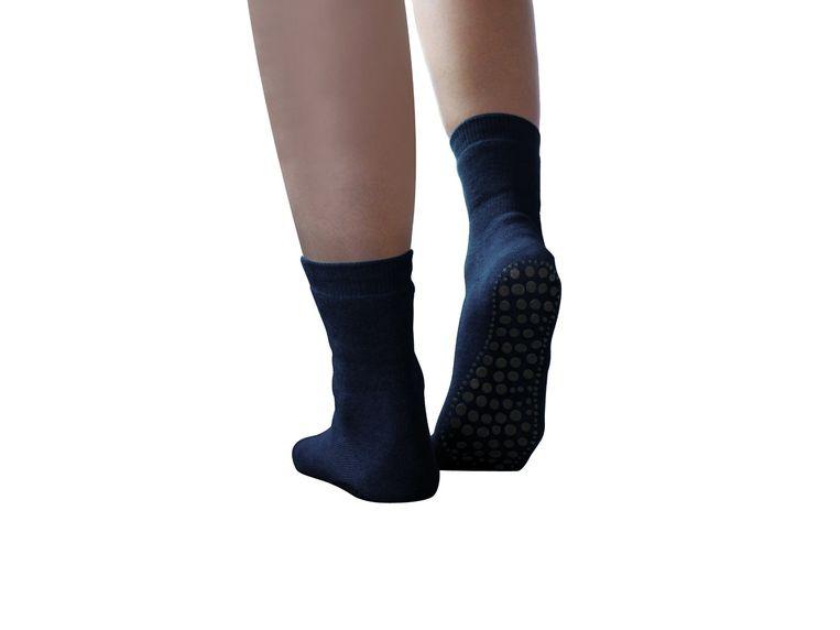 Medipoint Antislip sokken: het paar heeft iets plakkerigs, alsof je op een vloer loopt waar je de vorige avond wijn hebt gemorst. Beeld