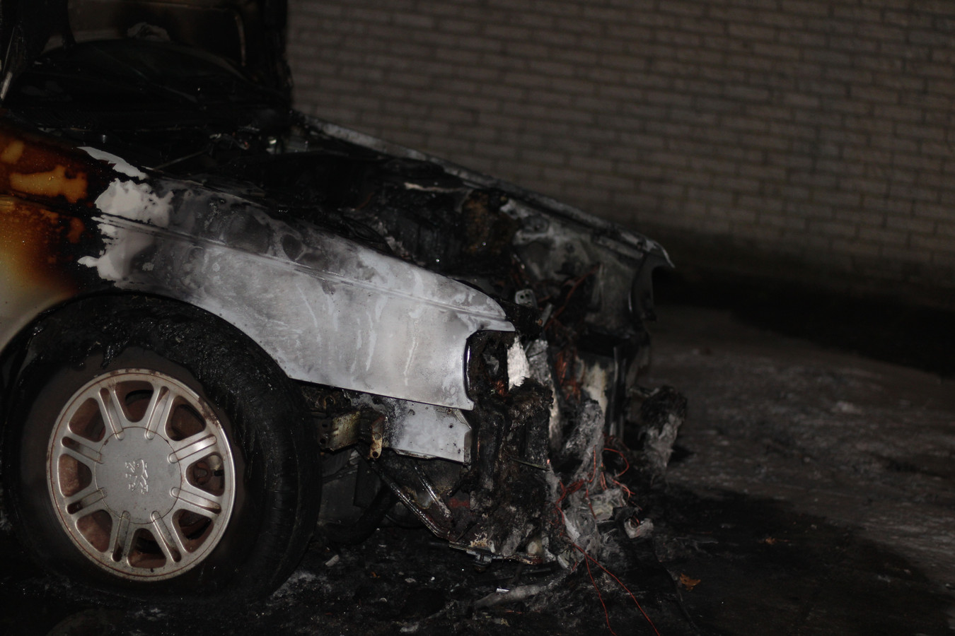 Op zondag 20 december brandde een auto uit bij een autobedrijf aan de Kempenaar in Lelystad.