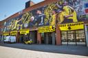 Een sportieve actie van de supporters van NAC. De voetbalclub uit Breda moet degraderen en dat vraagt in de voetbalwereld natuurlijk om flauwe grappen en pesterijen. Fans van de club maaien het (kunst)gras alvast weg voor de voeten van tegenstanders en steken de draak met zichzelf.