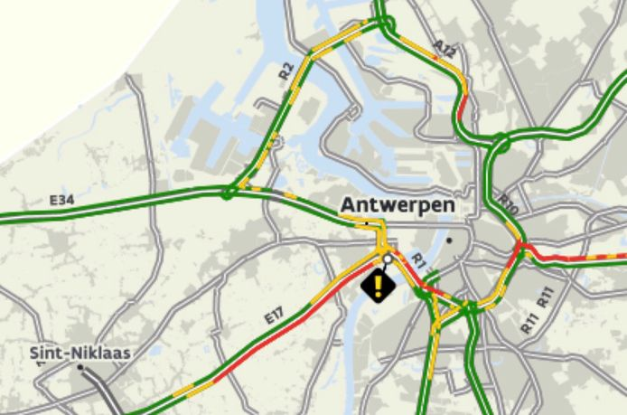 File door schade aan de weg bij Antwerpen-West.
