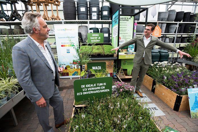 Wethouder Ad de Regt (l) en Constantijn Jansen op de Haar van het waterschap in het Groen Klimaatplein in tuincentrum De Bosrand.