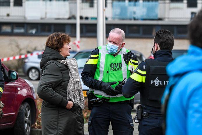Burgemeester Liesbeth Spies komt poolshoogte nemen bij de flat aan het Aïdaplein in Alphen waar een vuurwerkbom ontplofte.