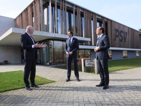 CDA-lijsttrekker Wopke Hoekstra bezoekt trainingscomplex PSV, maar voetbalschoenen laat-ie toch maar thuis