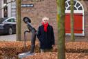 Voormalig slager Kees Janson bij 'De Gevelkijker', een beeld van Niek van Leest dat symbool staat voor de restauratie van de vesting Heusden.