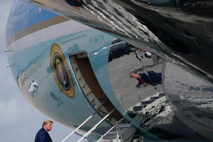 Trump gaat aan boord van Air Force One op de Palm Beach International Airport.
