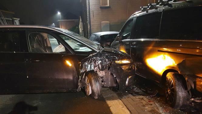 Bestuurder valt in slaap achter stuur en botst tegen geparkeerde voertuigen