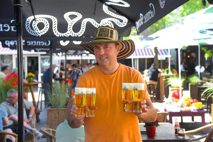Ramon Aleweijnse, eigenaar van café 't Archief, staat nu nog op een vol terras. Van de gemeente Vlissingen moet dat terras nu een maand dicht.