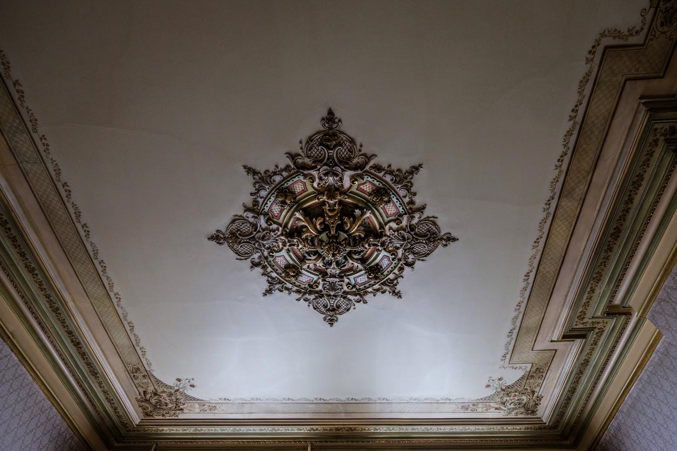 Leo Scholten legt de laatste hand aan de restaurantie van een van de ornamentenplafonds in het voormalige doktershuis aan de Koepoortstraat in Doesburg.