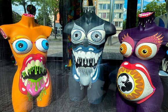 Na de succesvolle Hippo Parade 2018 en Donkey Parade 2019 zullen er dit jaar meer dan 50 kleurrijke geverfde etalagepoppen de Antwerpse straten sieren. Met 'WE'RE ALL HUMAN' wordt de nadruk dus gelegd op mensen. Door de coronacrisis wordt dit thema plots brandend actueel.