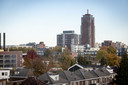Skyline Enschede gezien vanaf het dak van het Janninkcomplex aan de Haaksbergerstraat. Domijn bepaalde in 100 jaar mede het stadsbeeld. Opmerkelijk voor een corporatie is de rol bij de bouw van de Alphatoren, die onderdak biedt aan luxe huur- en koopappartementen.