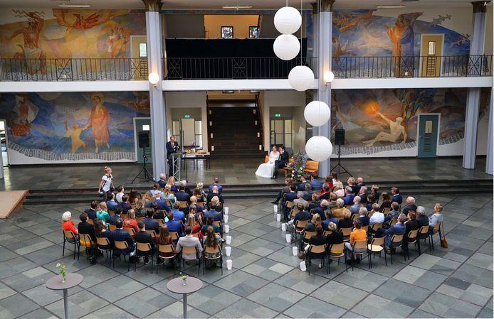 Twee oud-scholieren van het Van Maerlantlyceum trouwden in de grote hal van hun oude school (archieffoto).