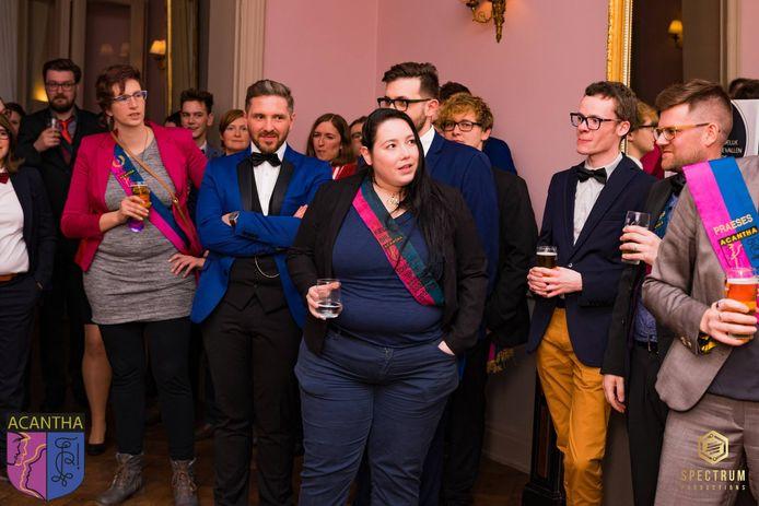 Valerie Decoorne (midden) was lid van studentenvereniging Acantha en Ideefix. Daar was ze schachtentemmer en nam ze nieuwe leden onder haar vleugels.