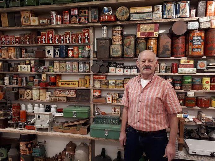 Adri van der Beek poseert trots voor zijn verzameling blikken. Foto Janneke Hobo