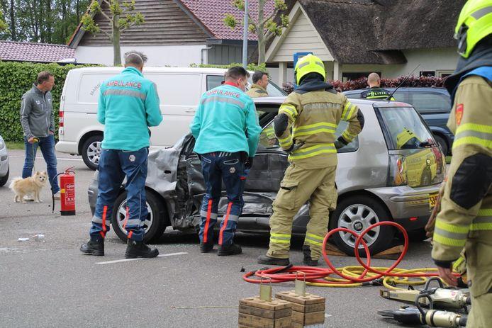 Hulpverleners aan het werk na de aanrijding in Lunteren.