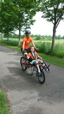 Fietsen voor Spieren voor Spieren. Lukas voor op de fiets.