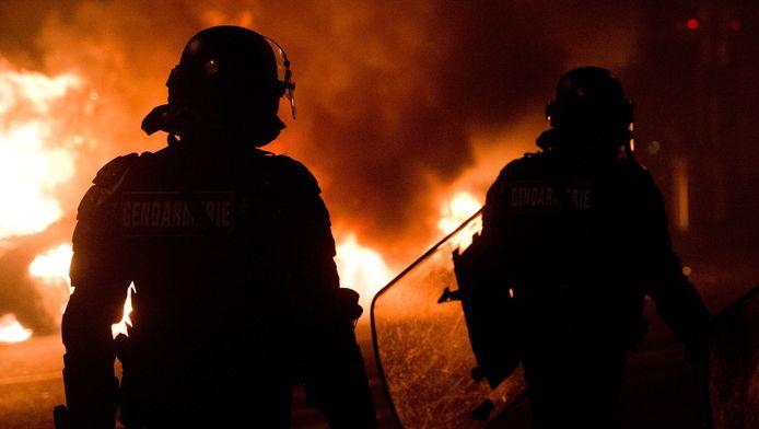Een brandende auto na rellen vlakbij de Parijse Place de la République, donderdagavond