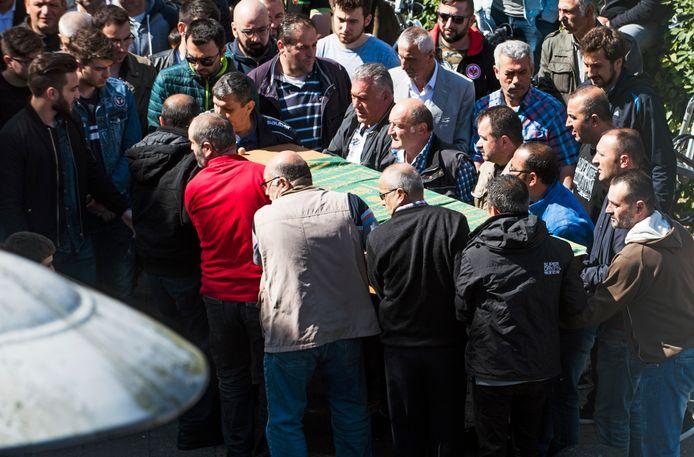 De kist met de Turkse vouw komt aan bij de Eyup Sultan Camii moskee in Kanaleneiland. De vrouw is een dag eerder overleden in het UMC door een medische fout.