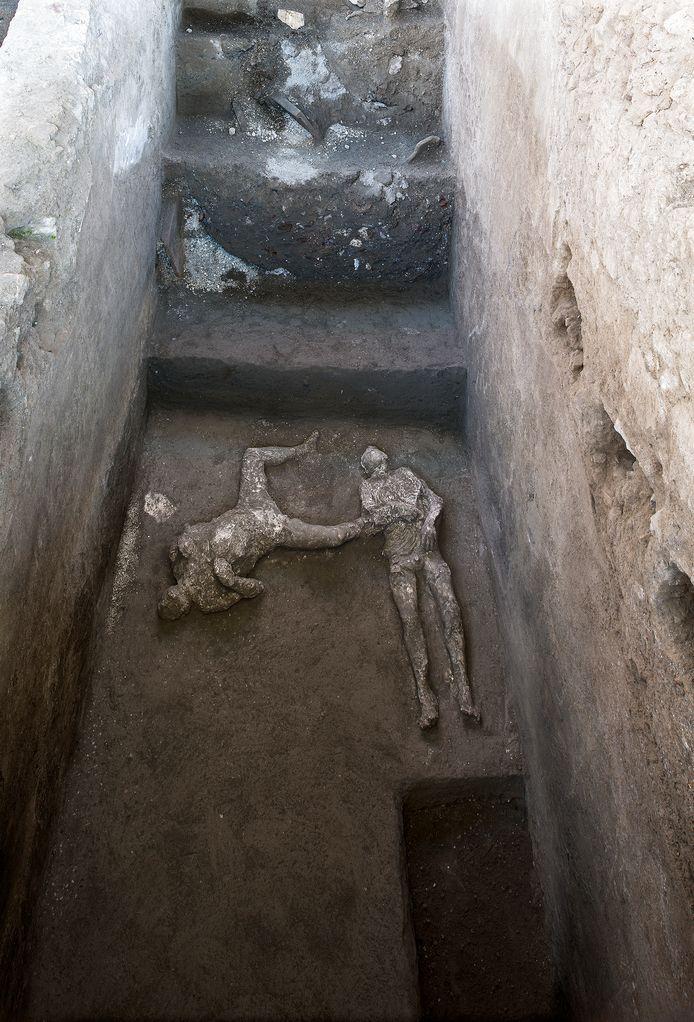 Les moulages de ce que l'on croit être un homme riche et son esclave fuyant l'éruption volcanique du Vésuve il y a près de 2 000 ans, sont visibles dans ce qui était une élégante villa à la périphérie de l'ancienne ville romaine de Pompéi détruite par l'éruption en 79 après J.-C., où ils ont été découverts lors de récentes fouilles.