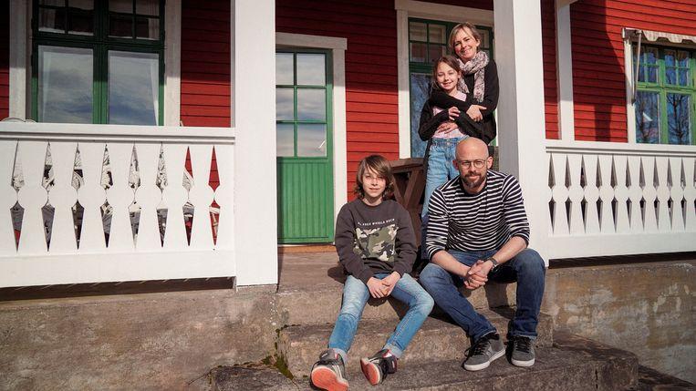 Beau, Nora, Monique en Staf voor hun huis in Zweden:
