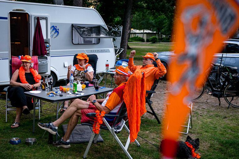 Juichen voor Oranje op de camping. Beeld ANP