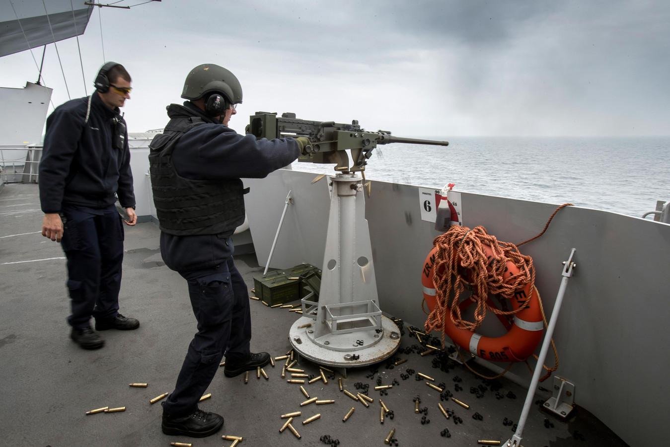 Zr.Ms.Evertsen participeert als stafschip in SNMG2. Foto: Schietoefeningen vanaf de brugvleugel.