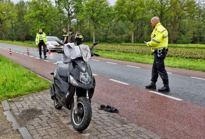 Een scooterrijder botste donderdagmiddag tegen een fietser aan de Heusdensebaan in Biezenmortel