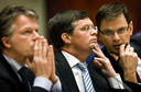 André Rouvoet (ChristenUnie, rechts) met premier Jan Peter Balkenende (CDA, midden) en minister Wouter Bos (PvdA, links) kort voor de PvdA uit het kabinet-Balkenende IV stapte.