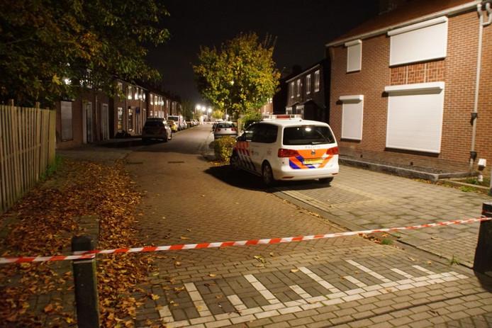 De politie in de Wilhelminastraat in Gendringen na het mogelijke schietincident.