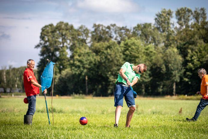 Er werd afgelopen weekend in Geesteren fanatiek gestreden voor de plaatsing voor het NK boerengolf, in oktober.