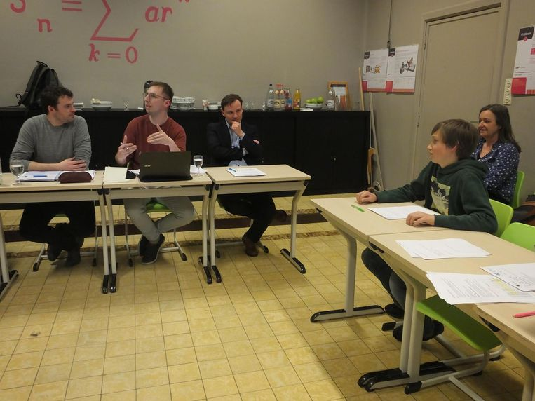 Vlnr.: Leraar Matthias De Lobel, klastitularis Tim Maerschand, kinderrechtencommissaris Bruno Vanobbergen, die kwam luisteren, de 12-jarige leerling Storm en zijn mama Greta.
