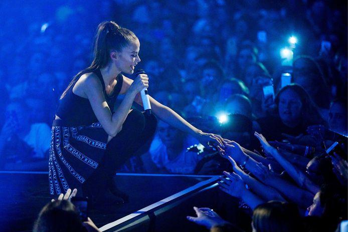 De Griekse Utrechtse zangeres Stefania Liberakakis tijdens een optreden.