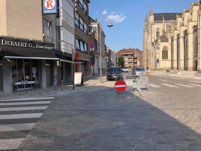 De signalisatie op de hoek met de Sint-Medardusstraat staat evenwel niet correct en veroorzaakt verwarring.