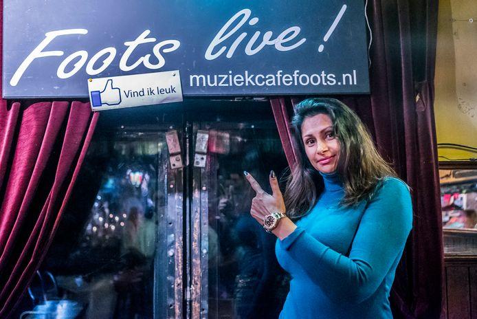 Soesila Sewratan van eetcafé Foots moet boete betalen na klachten over geluidsoverlast.