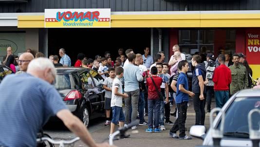 Belangstellende tijdens het bezoek van burgemeester Geke Faber aan de Vomar supermarkt in de wijk Poelenburg, naar aanleiding van problemen met hangjongeren de week.