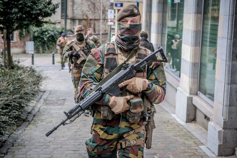 Archiefbeeld. Militairen in de straten van Brussel. Beeld