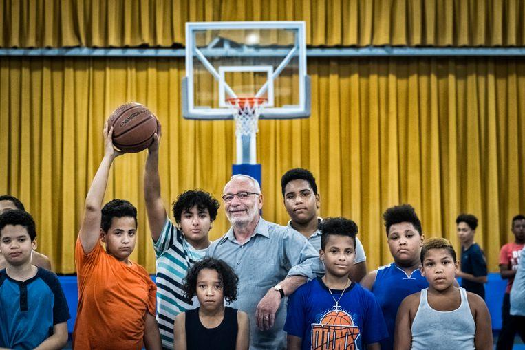 Bob Curry tussen de jongeren in zijn gemeenschapscentrum. Beeld Tim Dirven