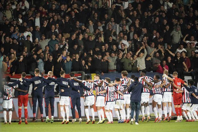De spelers van Willem II vieren de overwinning op PEC Zwolle met de supporters.